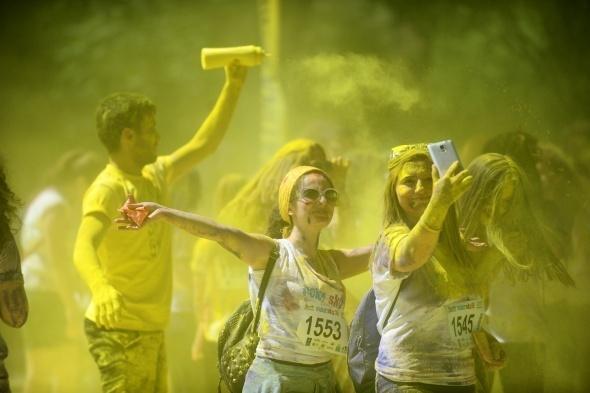 Koşuda gençler rengarenk boyandı
