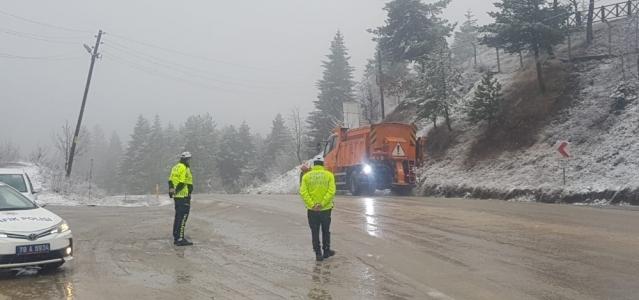 Bartın-Karabük karayolu yoğun kar yağışı altında