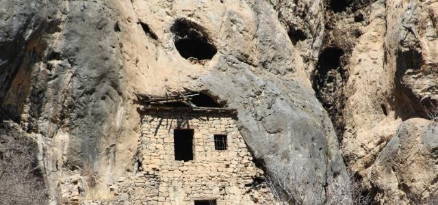 Bin 226 yıllık kayaya yapışık dubleks evler görenleri hayretler içinde bırakıyor