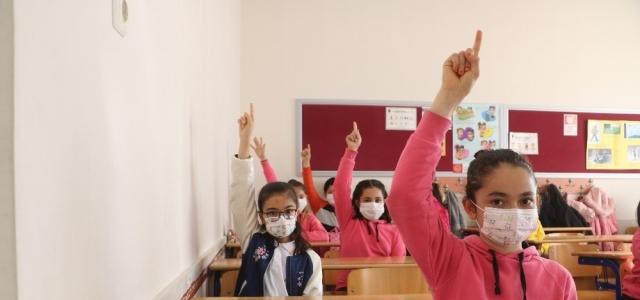 Yüz yüze eğitime başlayan öğrenciler, okullarına kavuşmanın mutluluğunu yaşıyorlar