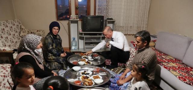 Cumhurbaşkanı Erdoğan ve eşi Emine Erdoğan, iftarda bir vatandaşın evine konuk oldu