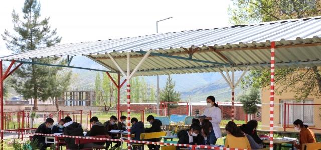 Hababam sınıfı gerçek oldu, derslerini okul bahçesinde açık hava sınıfında işliyorlar