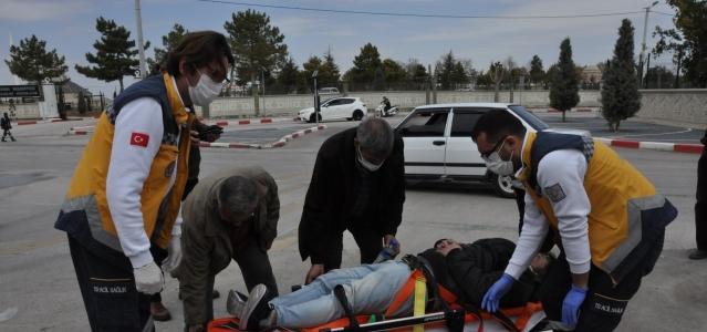 Otomobil ile çarpışan motosiklet sürücü genç yaralandı