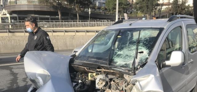 (Özel) Beylikdüzü E-5'te iki araç çarpıştı: 2 yaralı