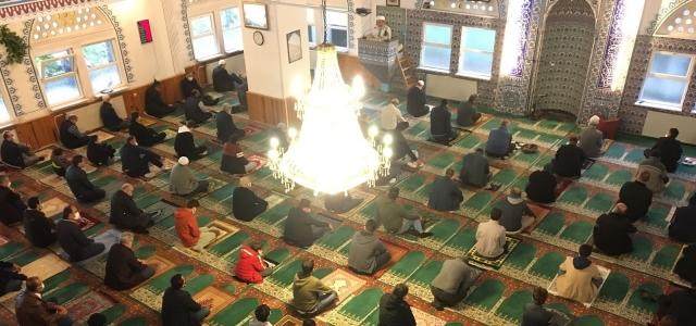 Bayramı namazı camilerde virüs tedbirlerine uygun şekilde kılındı