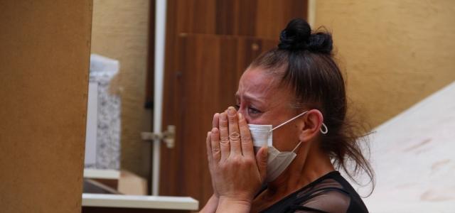 Eşyalarıyla sokağa atılan kadın yardım bekliyor