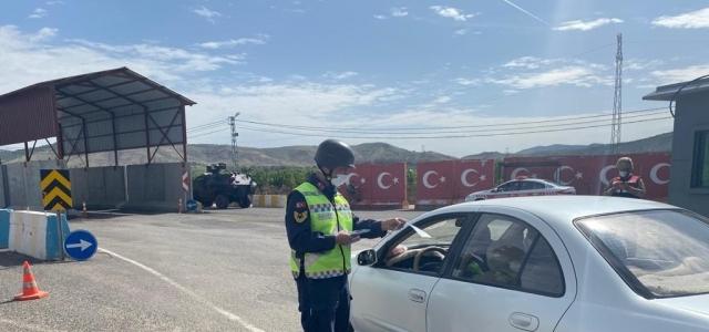 Gercüş'te jandarma, Karayolları Trafik Haftasını 'Evdeyim ama trafik kuralları aklımda' sloganıyla kutladı