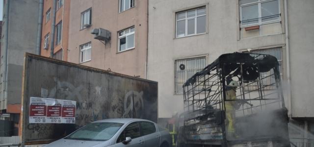 Kağıthane'de 1 kamyonet ve 2 otomobil yandı
