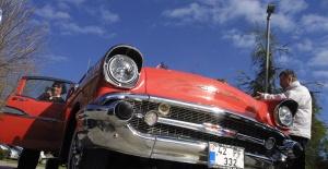 Yaşlı çiftler, sevgililer gününü yarım asılık klasik otomobillerle kutladı