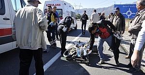 Motosiklet ticari araca çarptı: 2...