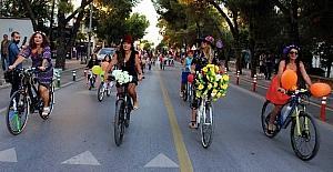 Süslü kadınlar bisiklete dikkat...
