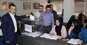 AK Partililer ilçe başkanı belirlemek için temayüle gitti