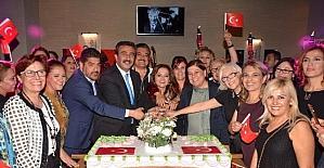 İŞKAD Cumhuriyet pastası kesti