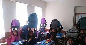 Ortahisar Belediyesi Van'ın Erçiş ilçesindeki bir okula kırtasiye yardımı yaptı