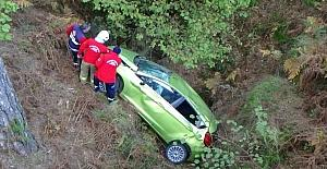 Otomobil 20 metrelik şarampole uçtu: 2 yaralı