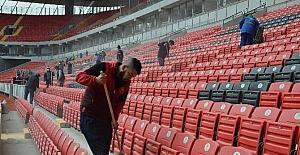 (Özel haber) Taraftar, işçilerle birlikte stadın maça yetişmesi için çalışıyor