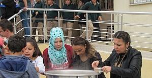 Şehitler Ortaokulu'nda öğretmenler öğrencilere aşure dağıttı