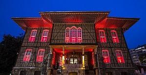 Tarihî belediye binası meme kanserine karşı pembe renkle ışıklandırıldı