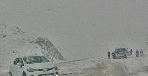 Bingöl'e kar yağdı, araçlar yolda kaldı