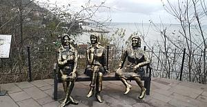 3 kız heykeli yeniden yan yana