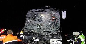 Afyonkarahisar'da otobüs kamyona arakdan çarptı 13 yaralı