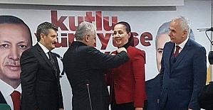 AK Parti'ye geçen Saltukova Belediye Başkanı Güneş'e parti rozetini Başbakan taktı