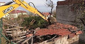 Altınordu'da metruk binalar yıkılıyor