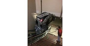 Araba metro istasyonuna uçarak girdi
