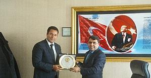Başkan Yıldırımçakar'dan Müdür Kırekin'e plaket