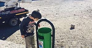 İlk defa çöp kutusu gören çocuğun şaşkınlığı