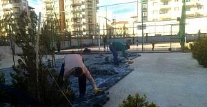 Hayırsever işadamı okul bahçesinin kilitli taşını döşetti