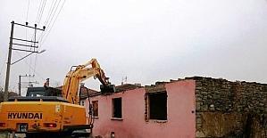 İzmit'te ağır hasarlı yapılar yıkılıyor