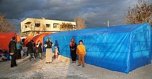 Yangın mağduru tarım işçileri yeni çadırlarına kavuştu