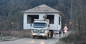 Baba evini kamyonla yükleyerek taşıdı