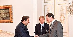 """Başkan Kılıç """"Karlov"""" için karanfil bıraktı"""