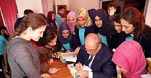 Başkan Kutlu, öğrencilere kitap dağıttı