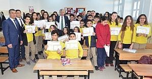 Başkan Polat, karne almaya gidemeyen öğrencilerin karnelerini evlerine götürdü