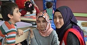 Gençlerden görme engelliler sınıfına ziyaret
