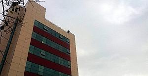 Hastanenin çatısına çıkıp intihara kalkıştı