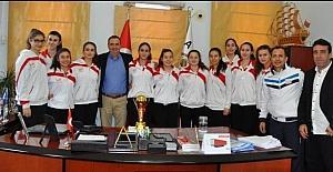 İl şampiyonu filenin sultanları başarılarını Başkan Gençer ile paylaştı