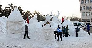 İlköğretim öğrencileri Sarıkamış Şehitlerinin kardan heykellerini yaptı