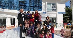 Mezitli Belediyesi, miniklere kar sevinci yaşattı