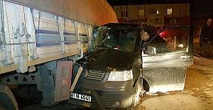 Minibüs tırın altına girdi: 1 yaralı