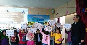 Minik öğrenciler şiir yarışmasında bütün hünerlerini sergiledi