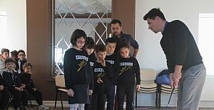 Minik öğrencilere golf sporu tanıtıldı