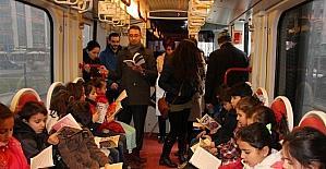 Miniklerden tramvayda kitap okuma etkinliği