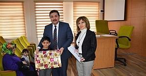 Okula kazandırılan devamsız öğrencilere karneleri ve hediyeleri verildi