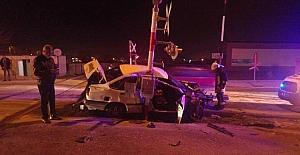 Otomobil yolcu trenine çarptı: 1 yaralı