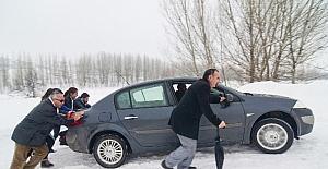 Ovacık'ta yollar buz pistine döndü