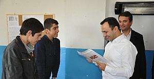 Silopi'de iş adamları köy okulunda karne ve oyuncak dağıttı